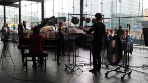 Kantapöydässä 5.4.2017 musisoimassa mezzosopraano Ruut Mattila, pianisti Mingwei Li ja lyömäsoittaja Tuomas Siddall.