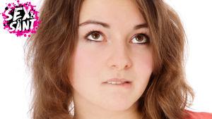 en ung flicka som ser tveksam ut