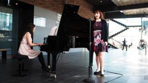 Kantapöydän opiskelijatreffeillä 12.4.2017 laulamassa ja soittamassa mezzosopraano Maiju Vaahtoluoto ja pianisti Minttu Siitonen.