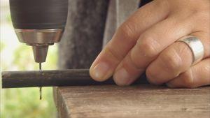 Hål borras i träpinne.