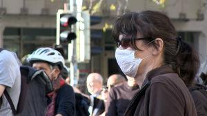 Kvinna med ansiktsmask.