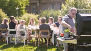Familjerna Sundblom-Lindberg och Snellman på picknick.