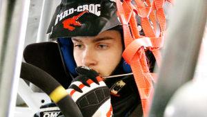 Niclas Grönholm sammanbiten i sin rallybil.