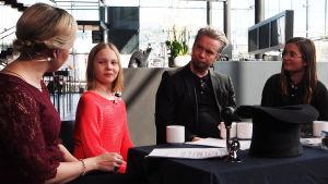 11-vuotias lapsisäveltäjä Sirkku Kaija, säveltäjä Pasi Lyytikäinen ja äänitaiteilija Tytti Arola toimittaja Riikka Holopaisen vieraina Kantapöydän suorassa lähetyksessä Musiikkitalon kahvilassa 26.4.2017.