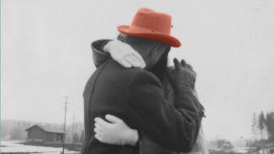Vanha valokuva, jossa on halaava pariskunta.