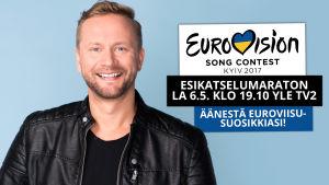 Esikatselumaratonin juontaja Mikko Silvennoinen hymyilee kuvassa.