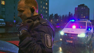 Poliisi on pysäyttänyt ajoneuvon tarkastusta varten illalla vesisateessa.