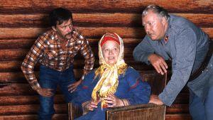 Kuvassa kaksi miestä (Jarkko Rantanen ja Kauko Helovirta) ja keskellä nainen saamelaisasussa