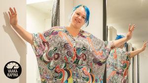 Kuvassa Tytti Shemeikka kaapumaisessa värikkäässä asussa. Kuva: Mira Pelo.