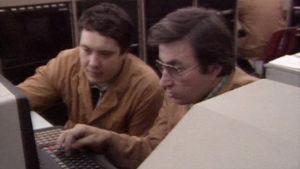 Miehet tietokoneen ääressä