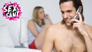 en man och kvinna som sitter i sängen, mannen talar i telefon och kvinnan ser sur ut
