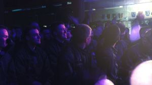 Beväringar i publiken tittar på Ronya när hon uppträder.