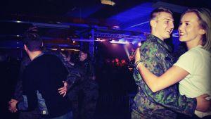 Programledare Märta dansar med en beväring.