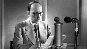 Presidentti Risto Ryti puhuu jatkosodan alettua radion studiossa kahteen mikrofoniin.