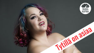 Toimittaja Tytti Shemeikka poseeraa Tytillä on asiaa -kolumnikuvassa