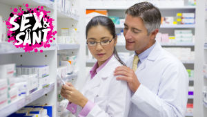 en kvinna och en man som jobbar på ett apotek och mannen taffasar på kvinnan