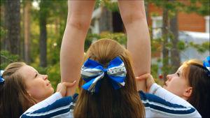 Rovaniemeläinen cheerleading-joukkue jäi jälleen kerran viimeiseksi. Määrätietoinen valmentaja puskee töitä voiton eteen.