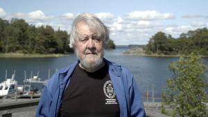 Tutkija Magnus Lindström merenrannalla Tvärminnessä.