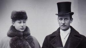 Morsiuspari Maria Kopjeff ja Arvid Lind 8.11.1896. Kuva on otettu Helsingissä E. Sundströmin valokuva-ateljeessa.