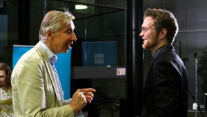 Prof Erik T. Tawatstjerna keskustelee pianisti Väinö Jalkasen kanssa Maj Lind -kilpailussa 2017