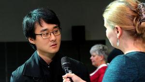 Pianisti Hans H. Suh Lotta Emanuelssonin haastatelussa.
