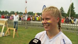 Orienteraren Maria Määttänen intervjuas under Ungdomens Jukola i borgå 2017.