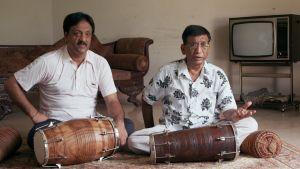 Pakistanilaismuusikoita. Kuva dokumenttielokuvasta Song of Lahore.