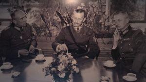 'Saksalaiskenraalit Nikolaus von Falkenhorst ja Valdemar Erfurth Mannerheimin kanssa kahvipödän ääressä. Erfurth istuu sotamarsalkan oikealla puolella.