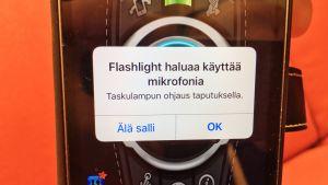 Kännykän näyttö, jossa Flashlight -niminen appsi haluaa käyttöoikeuden mikrofoniin.