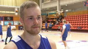 Helsinki Seagulls spelare Alex Vaenerberg intervjuas.