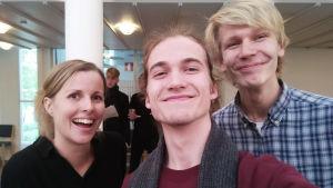 Vaskivuoren lukion kamarikuoron johtaja Jonna Vehmanen ja kuorolaispojat Leevi ja Julius.