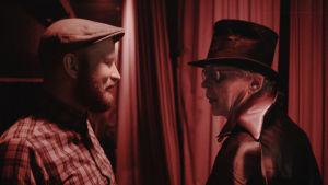 Managern Kalle Pajamaa och Pertti Kurikka som Kalevi Helvetti i filmen Tokasikajuttu