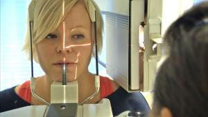 En kvinnlig patient är med om en ortopantomografi eller en så kallad panoramaröntgen.
