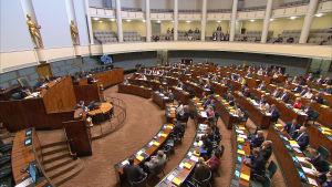 remontuidun eduskuntalon istuntosali jossa iso osa kansanedustajista paikoillaan.