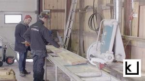 Jonni Roos asioi puutavarakaupassa.