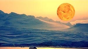 Taivaanrantaa vieraalla planeetalla, kuvituskuva kuunnelmaan Pimeyden vasen käsi.