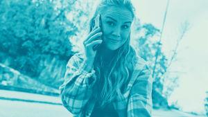 Tekstit: Kännykkä tuo turvaa, Digitreenit, yle.fi/oppiminen. Kuvassa metsää.