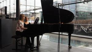 Musiikinopiskelija Tuulia Ryhäne soittaa pianoa.