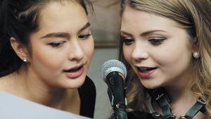Två deltagare i Dream Academy Norden sjunger.