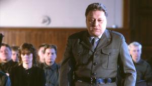 Harri Tirkkonen tv-elokuvassa Vääpeli Sadon tapaus 1985.