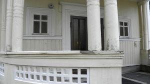 Läkarvillans veranda med pelare.
