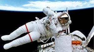 kuvassa astronautti kiertoradalla