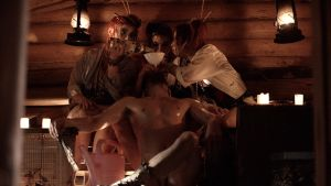 Geishat juottavat Raunia saunassa. Kuva elokuvasta Samurai Rauni Reposaarelainen