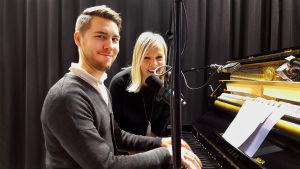 Baritoni Aarne Pelkonen ja toimittaja Riikka Holopainen pianon äärellä studiossa.