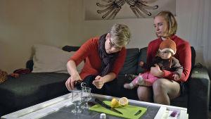 Linda Holm ja Carolina Beijar nauttivat hopeajuomaa, jossa on hopeavettä ja sitruunamehua.