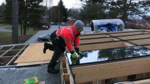 Kattoikkunan asennusta rakennustyömaalla