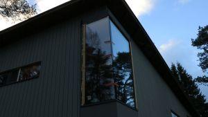 Iso ikkuna rakennustyömaalla
