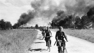 Suomalaiset sotilaat perääntymässä Äänislinnasta
