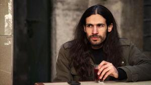 Iranilainen muusikko Sina Blackhearts-dokumentissa.