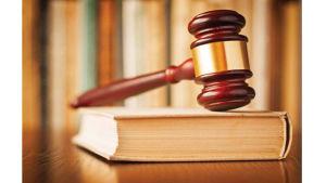 Bild på amerikansk domarklubba som ligger på en lagbok